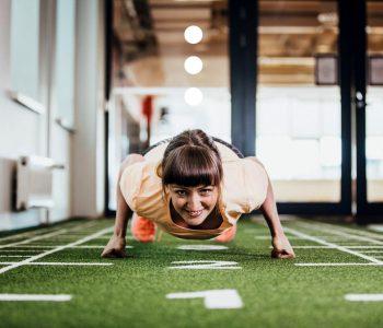 nainen treenaamassa aerobista kuntoa